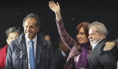 La presidenta argentina junto a Daniel Scioli y Lula da Silva.