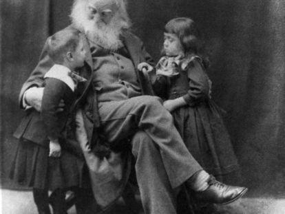 Walt Whitman posa con los hermanos Nigel y Jeanette Cholmeley-Jones en 1887.