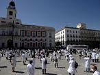 GRAF3904. MADRID, 20/06/2020.- Miembros del sindicato Amyts, mayoritario entre los médicos madrileños, aplauden durante una concentración en la Puerta del Sol este sábado como homenaje a los fallecidos por la COVID-19 y en defensa de la profesión médica. EFE/ Javier López