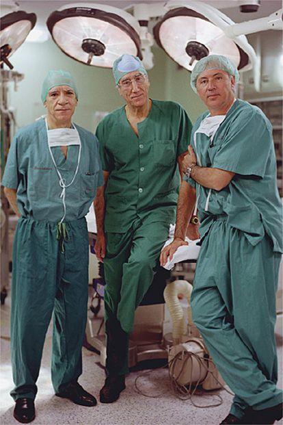 De izquierda a derecha, los cirujanos Pascual Parrilla, Enrique Moreno y Antonio María de Lacy.