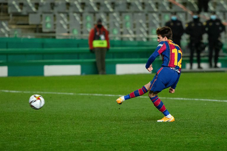 Riqui Puig shoots the decisive penalty against Real Sociedad.