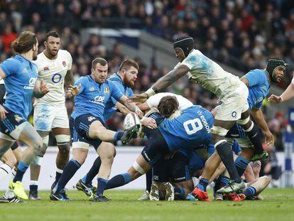 Ingleses e italianos luchan por el balón durante el partido en Twickenham.