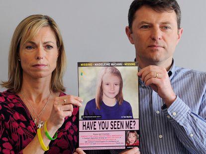 Kate y Gerry McCann, padres de Madeleine, desaparecida en Portugal en 2007, sostienen una imagen policial figurada de la menor, el 2 de mayo de 2012 en Londres.