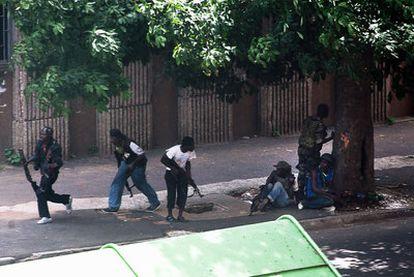 Jóvenes pro-Gbagbo luchan contra fuerzas leales al presidente electo Ouattara en Abiyán.