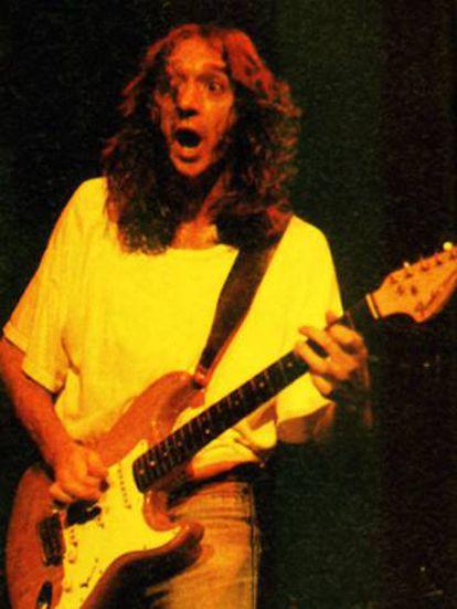 Rosendo, ya en solitario, sobre el escenario en 1990.