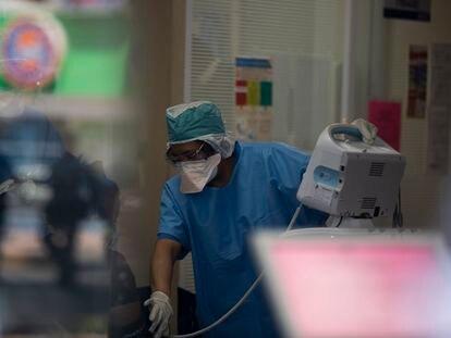 Una enfermera revisa la temperatura y presión de un paciente en la sala de espera del INER.