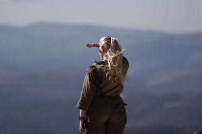 Una militar israelí observa el sur de Líbano, el lunes en las Granjas de Sheba (Altos del Golán).