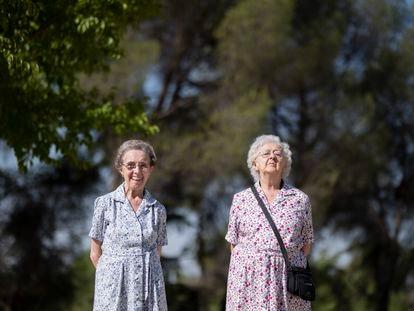Dionisia y María López de la Rosa, en el parque de la Virgen Blanca, al que acuden a diario.