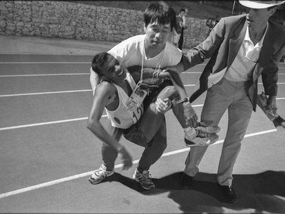 Hussain Haleen, corredor de Maldivas, es atendido por un técnico y José Manuel Abascal, director de la carrera. Llegó penúltimo en el maratón de Barcelona 1992 con un margen de tiempo de una hora respecto al campeón, el coreano Young-Cho Hwang.