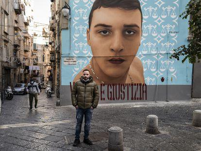 Vincenzo Russo, ante el mural de su hijo Ugo, abatido por un 'carabiniere' fuera de servicio al que intentó robar.