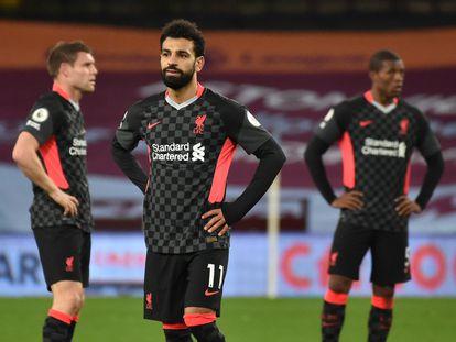 Desde la izquierda, Milner, Salah y Wijnaldum, los tres con los brazos en jarra, en el partido que el Liverpool perdió este domingo ante el Aston Villa en Birmingham.