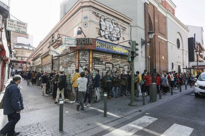 Colas ayer a las cuatro de la tarde en la Filmoteca Española, cuyo cine Doré está al fondo del callejón de la izquierda.