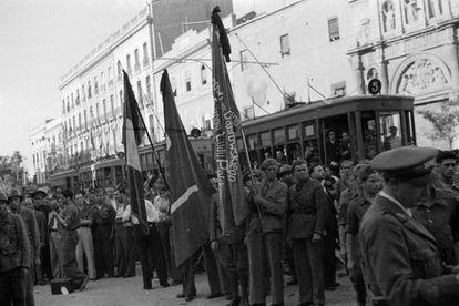 Robert Capa (a la izquierda, de lado) con su cámara, el 12 de junio de 1937.