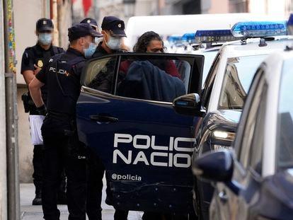 El cantante Diego El Cigala saliendo detenido de comisaría, en Madrid.