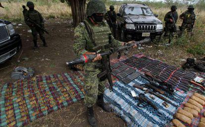 Fuerzas especiales del Ejército mexicano muestran un arsenal del crimen organizado, hallado la semana pasada en Estado de Veracruz.