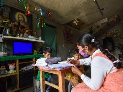 Niños indígenas del Estado de México estudian desde casa sin internet ni aparatos el pasado 22 de febrero.
