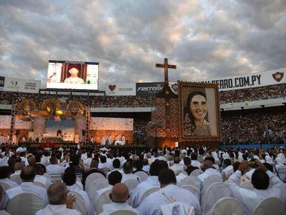 Miles de personas participan de la beatificación de la monja Chiquitunga en el estadio general Pablo Rojas, en Asunción.