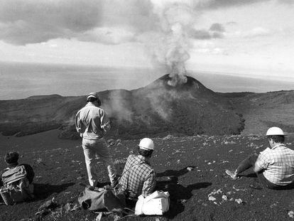 Varias personas observan la erupción del volcán Teneguía, próximo a la localidad de Fuencaliente (La Palma), en 1971.