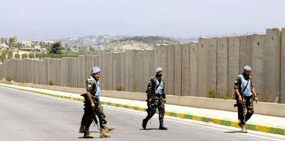 Soldados de UNIFIL patrullan junto al muro que separa Israel de Líbano.