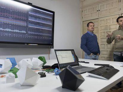 Jesús González, a la izquierda, y José Murillo, tras los sensores desarrollados y un panel de control de parte de la información recabada por el mayordomo virtual.