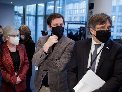 El expresidente catalán Carles Puigdemont (derecha) junto a los exconsejeros de la Generalitat Clara Ponsatí y Antoni Comín, antes de comparecer en la Comisión de Asuntos Jurídicos del Parlamento Europeo el pasado 14 de enero.