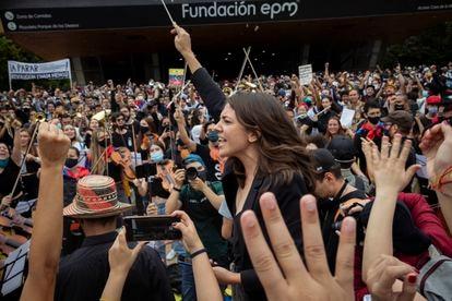 Susana Boreal dirige la Orquesta Sinfónica Revolucionaria durante las protestas en Colombia.
