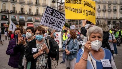 """Manifestacion """"90 Marea Blanca. Ayuso desmantela la atencion primaria"""", en defensa de la sanidad publica."""