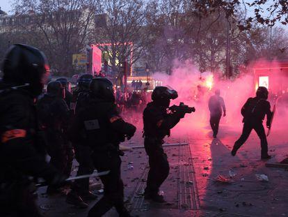 Enfrentamientos entre la policía y manifestantes contra la nueva ley de seguridad global, el pasado martes en París.