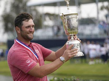 Jon Rahm, con el trofeo de campeón.
