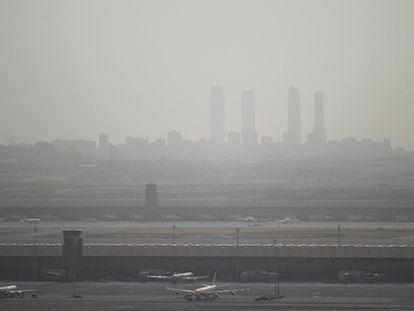 Contaminación en Madrid con las cuatro torres de la Castellana al fondo.