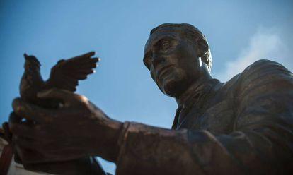 Estatua en memoria de García Lorca en la plaza Santa Ana, de Madrid.