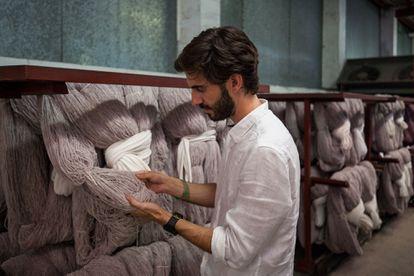 Pablo Mas supervisa las madejas que se utilizarán en alguna de las capas del calzado.
