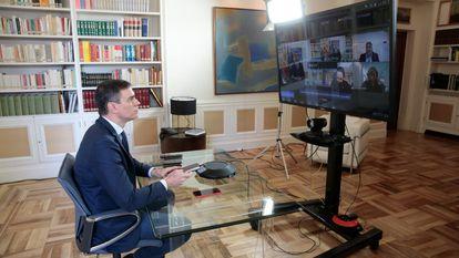 El presidente del gobierno, Pedro Sánchez, en una reunión por videoconferencia con varios ministros en el palacio de La Moncloa en marzo de 2020.
