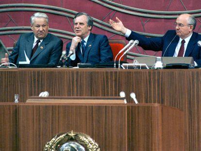 Boris Yeltsin, Nikolái Ryzhov  y Mijaíl Gorbachov  en el Kremlin el 19 de junio de 1990.