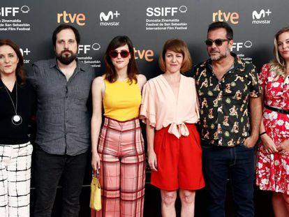 Carlos Vermut (izquierda), junto con el equipo de su película 'Quién te cantará', hoy en la Academia de cine en Madrid.