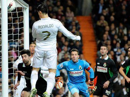 Cristiano cabecea a la red ante los jugadores del Racing.