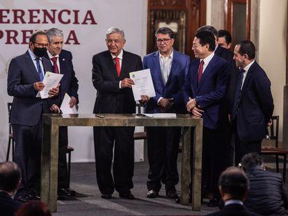 López Obrador junto a Salazar Lomelí (izq), durante la presentación del acuerdo este miércoles.