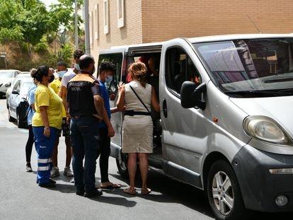 Trabajadores ayudan a tres de los menores marroquíes a las puertas del juzgado tras presentar una denuncia solicitando 'habeas corpus' este lunes en Ceuta.