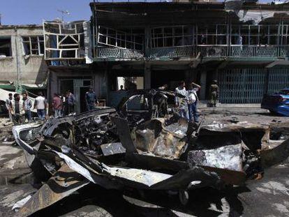 Policías afganos vigilan el lugar del atentado.