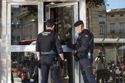 Miembros de la Guardia Civil apostados en el domicilio del exvicealcalde de Valencia, Alfonso Grau.