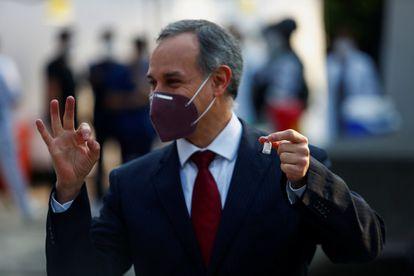 López-Gatell hace un gesto mientras muestra una dosis de la vacuna Pfizer/BioNtech, en diciembre del año pasado.