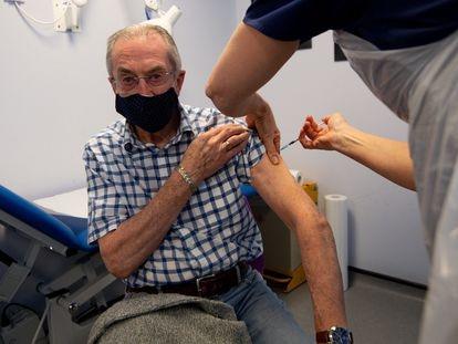 Un anciano recibe una inyección de la vacuna de Pfizer, en Inglaterra.