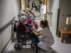 DVD 1035 (05-01-21)Vacunacion contra el Covid19 en la residecnia de mayores Domusvi de Leganes, Madrid. Las enfermeras Olga Sanchez y Mariela Bellido (con gafas) han vacunado a 100 residentes.En la foto, residentes esperan en un pasillo para ponerse la vacuna.Foto: Olmo Calvo