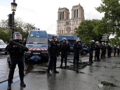 París: Cordón policial junto a Nortre Dame tras el incidente junto al templo de este martes.