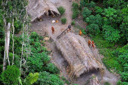 Indígenas de una tribu que viven aislados del mundo, en plena selva del Amazonas.