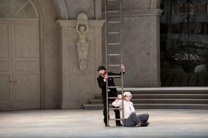 Manel Esteve (guardabosques) y Juliette Mars (pinche de cocina), en su escena cómica al comienzo del segundo acto.