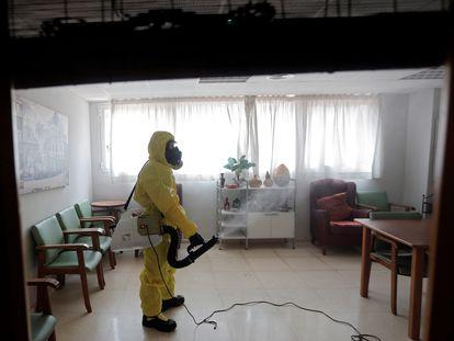 Un miembro de la UME en labores de desinfección, como medida de prevención, en una residencia valenciana de ancianos libre de casos de Covid-19.