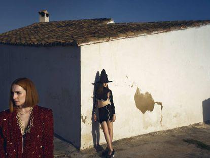 Anaïs Vauxcelles, creadora de 404 Studio, y su prima y modelo Andrea Chumillas.