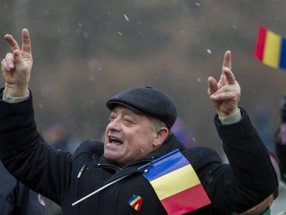 Un hombre participa en la marcha que conmemora el 98 aniversario de la Gran Unión con Rumanía, en Chisinau, Moldavia, el pasado 1 de diciembre. Este domingo se celebran las elecciones en el territorio secesionista de Transdniéster.