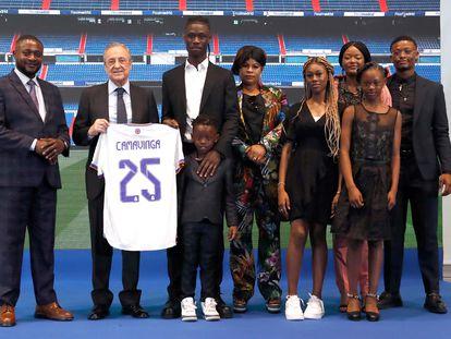 Camavinga, junto a Florentino Pérez y toda su familia, este miércoles en la presentación con el Real Madrid.
